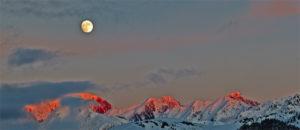Mond über dem Mont Blanc